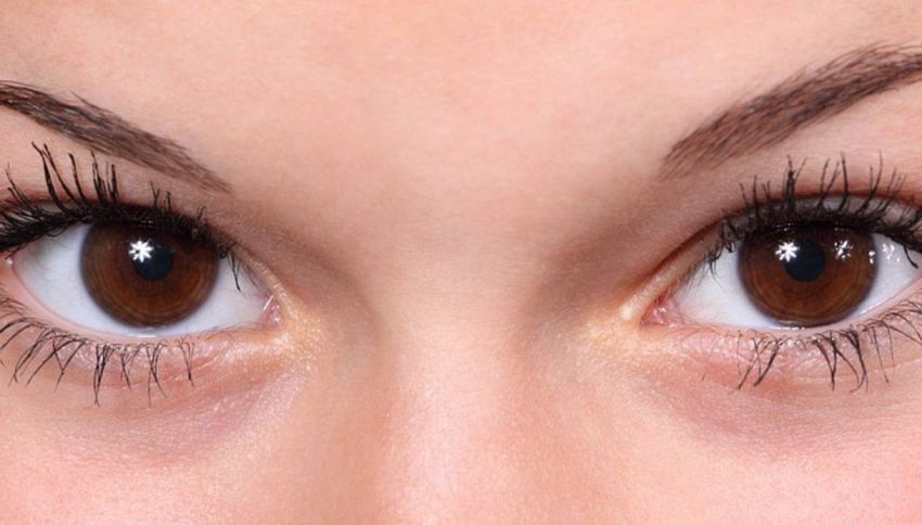 Lo smartphone ti fa brutta: il cellulare è causa di imperfezioni al viso?
