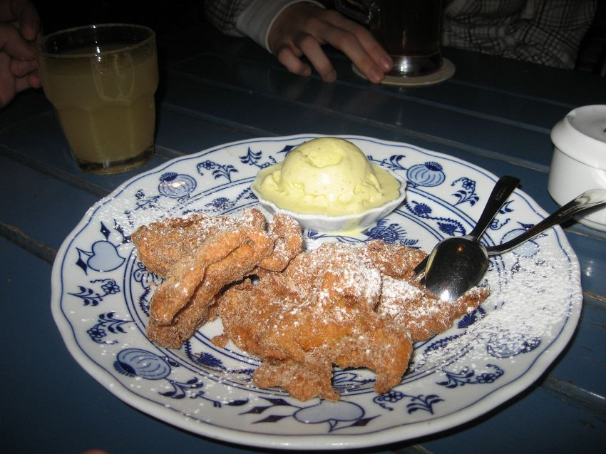 Dolce carnevale con soffici frittelle di mele