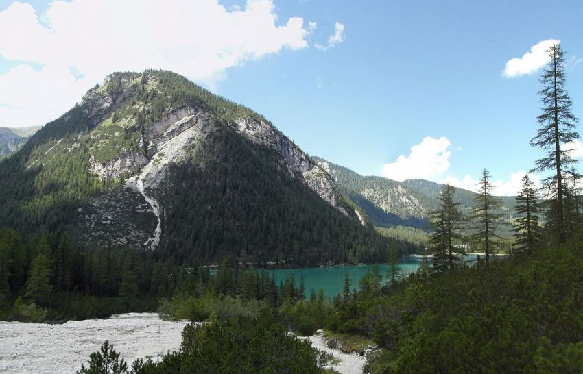 Lago di Braies: specchio d'acqua tra le Alpi