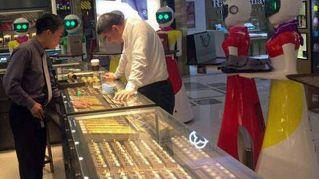 Riccone cinese fa shopping con otto assistenti robot
