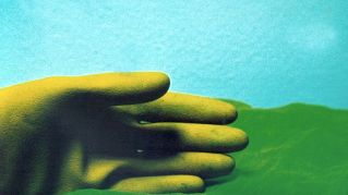 I guanti che traducono il linguaggio dei segni e non solo