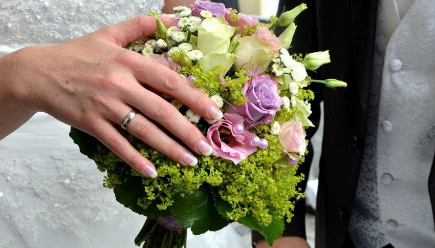 Perché dopo il matrimonio la sposa lancia il bouquet?