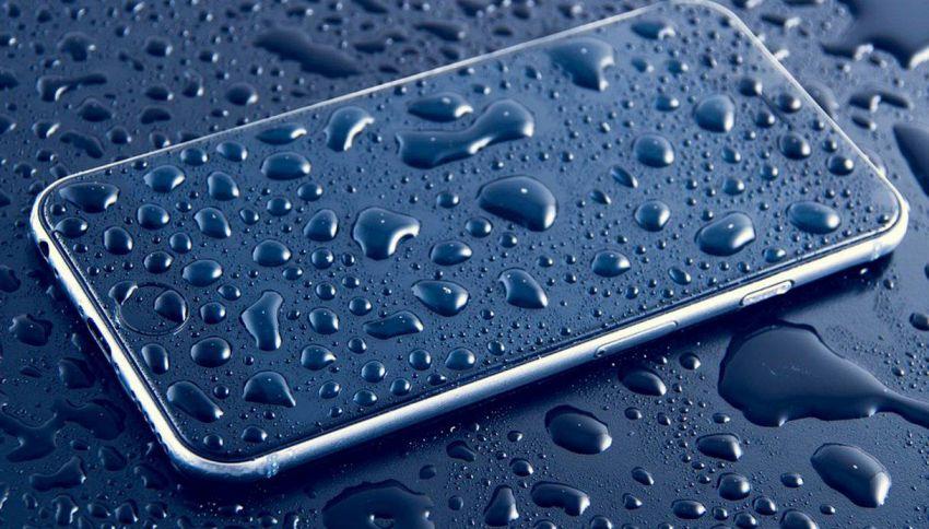Cellulare in acqua? Ecco come rimediare al danno