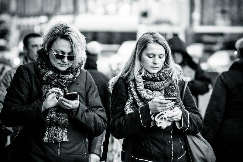 I nostri figli non si staccano dai telefonini ed è colpa nostra