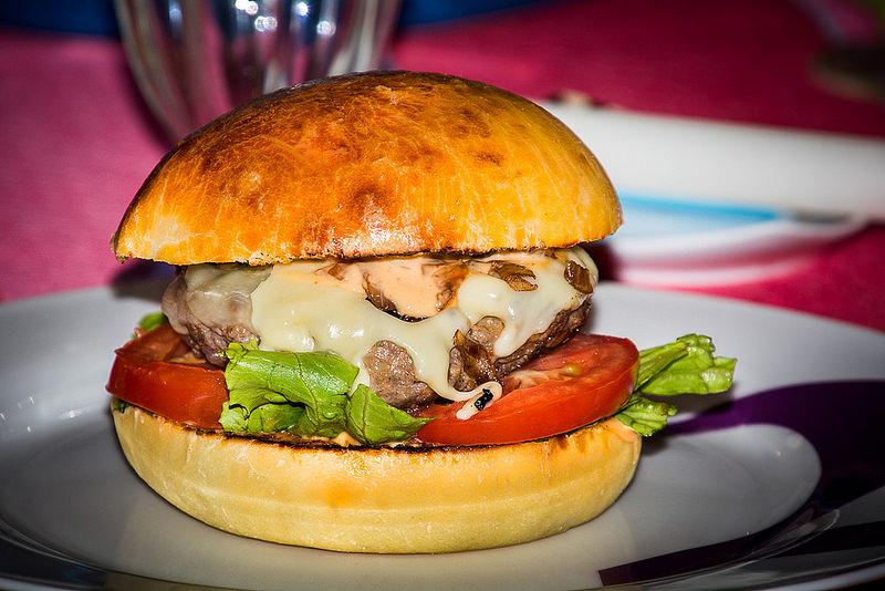 L'hamburger delle meraviglie per bambini, metà dolce e metà salato