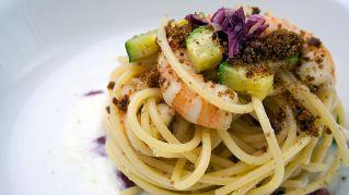 Spaghetti con zucchine e scampi, piatto goloso per l'estate