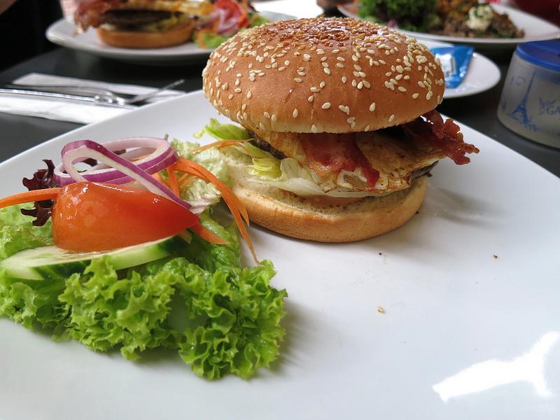 Come fare gli hamburger con gli spinaci e provola
