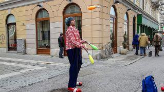 Giocolieri di strada, lo spettacolo in mostra ai semafori