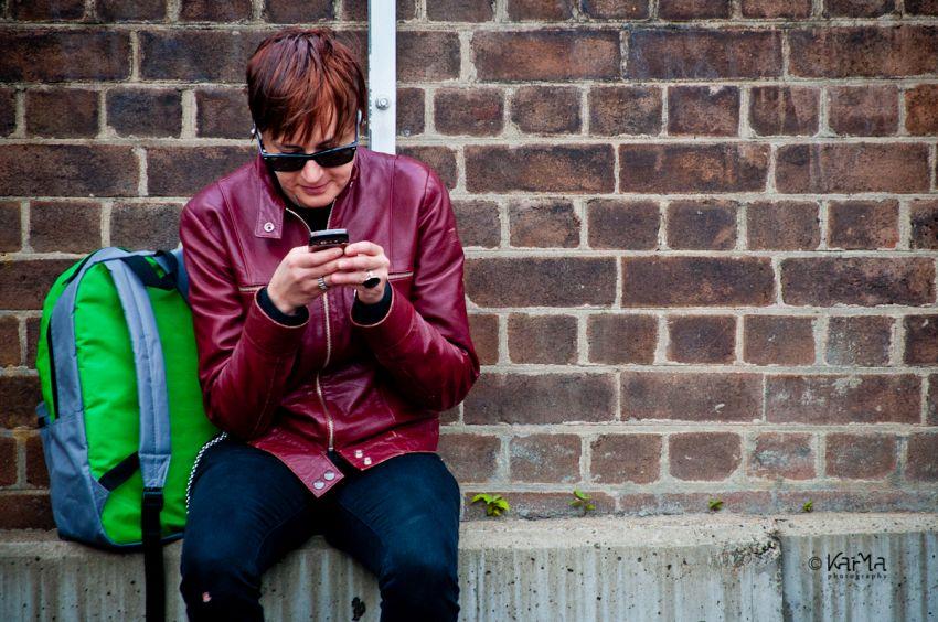 Dipendenza da smartphone: le donne battono gli uomini (alla grande)