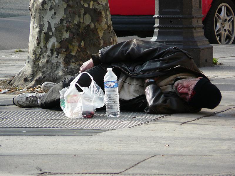 A Parigi arrivano gli adesivi per aiutare i senzatetto