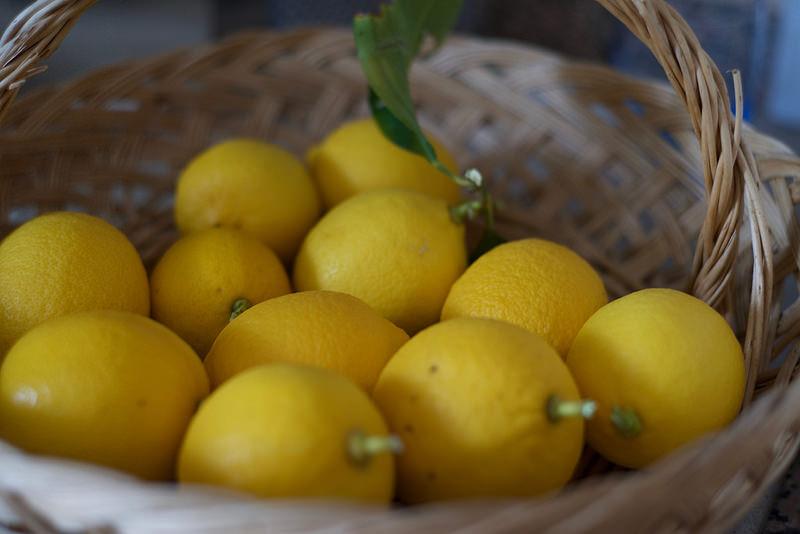 Come usare il limone per pulire e sgrassare le superfici
