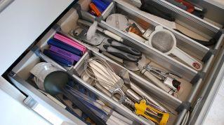 Come riordinare i cassetti pieni di cianfrusaglie in modo facile