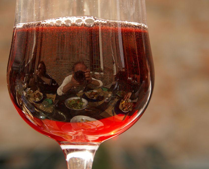 Volete riccioli splendenti? Usate il vino rosso (non da bere)