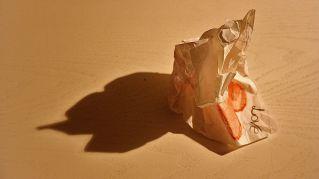 Come calmarsi e curare l'insonnia: accartocciate la carta