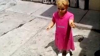 Lo strano caso della bambola stregata, cammina insieme alla sua padrona