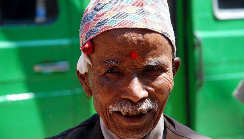 A 68 anni, nonno Durga diventa studente per combattere la solitudine