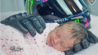 La bimba accarezzata dai guanti di papà: ora la mamma chiede aiuto