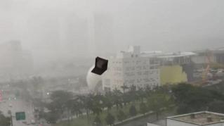 Volano poltrone! La tempesta di Miami fa strage di arredamento