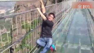 Cina, il ponte di vetro incute più terrore che meraviglia