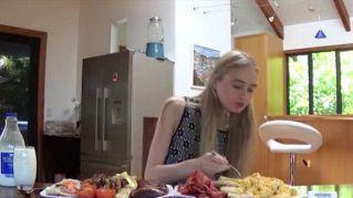 4500 calorie in 3 minuti: fa la modella e divora il cibo