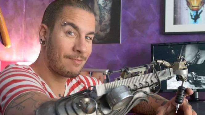Sheitan Tenet usa una protesi per tatuare, in puro stile steampunk