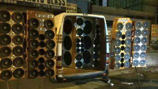 80 altoparlanti in un furgone per le feste in strada, arrestato