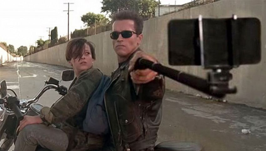 I selfie stick rimpiazzano le armi in alcune scene dei film più famosi