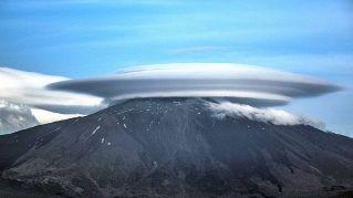 Uno straordinario Ufo fatto di nuvole atterra sul monte Etna