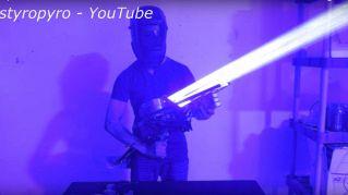 Questo laser bazooka fatto in casa ha una potenza sconvolgente