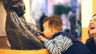 La fame fa brutti scherzi! Bimbo scambia statua per la mamma