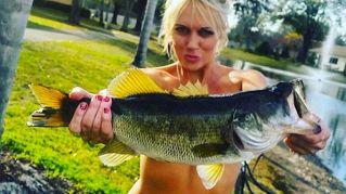 Fishbra, un pesce come reggiseno, la nuova moda di Instagram