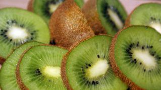Kiwi: ecco perché dovremmo mangiarne uno al giorno