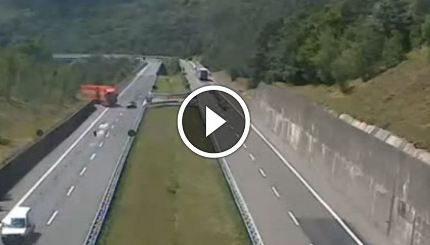 Folle inversione di marcia in autostrada, la manovra è incredibile
