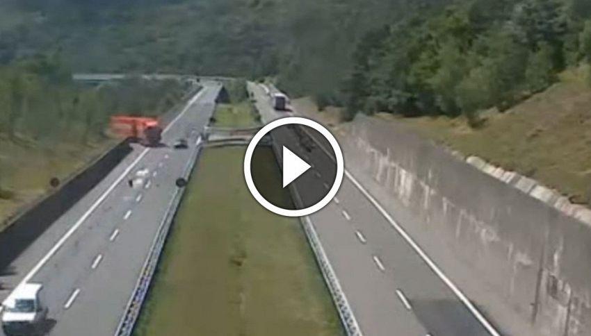 Folle inversione di marcia in autostrada, la manovra è incredibile