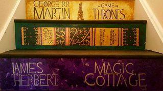 I gradini della scala diventano copertine di libri. Bellissimo!