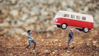 Un fotografo segna la nuova tendenza: le foto del matrimonio in miniatura