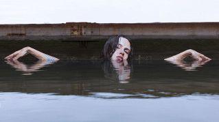 Un artista crea stupendi murales a pelo d'acqua