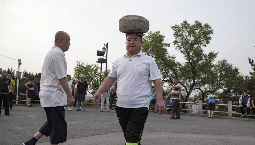 Gira con una roccia in testa per un anno e riesce a perdere 30 kg