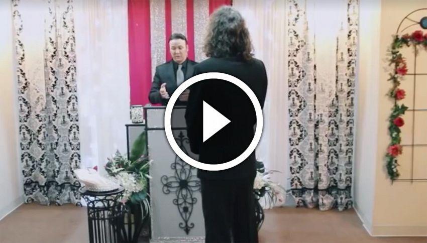 Un uomo sposa il suo iPhone a Las Vegas. Il video del sì