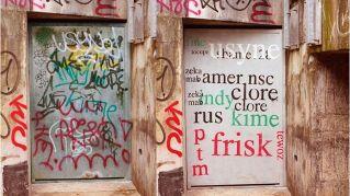 Artista di strada traduce i graffiti in parole comprensibili