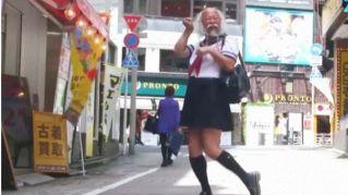L'ingegnere giapponese che si veste come una scolaretta