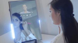 Lo specchio magico connesso: sul display messaggi, video e musica