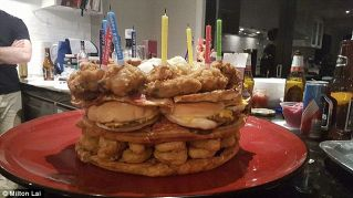 Compie gli anni e festeggia con una torta fast food da 54.000 calorie