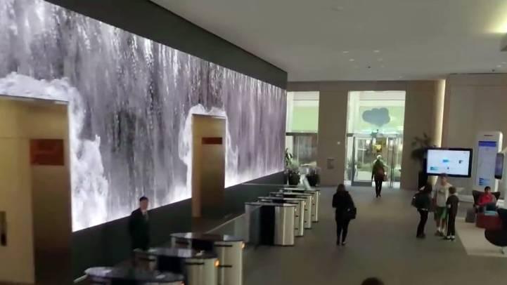 Questo ufficio ha lo schermo video più incredibile mai visto