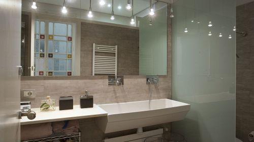 Come arredare un bagno lungo e stretto e farlo diventare magico