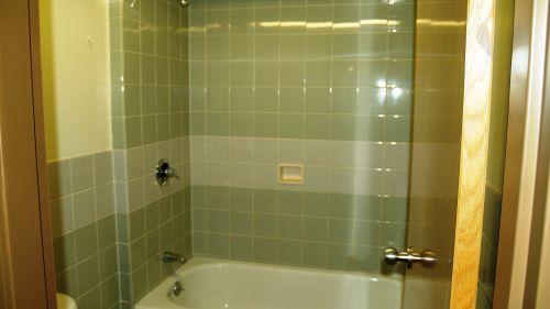 Vasca con doccia integrata: unire stile e funzionalità