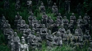 Un fotografo ha trovato delle statue inquietanti abbandonate in mezzo a una foresta