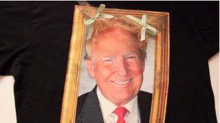 La maglietta di Donald Trump, con i capelli da pettinare