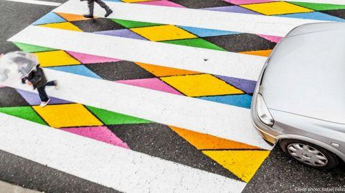 A Madrid le strisce pedonali si riempiono di colore