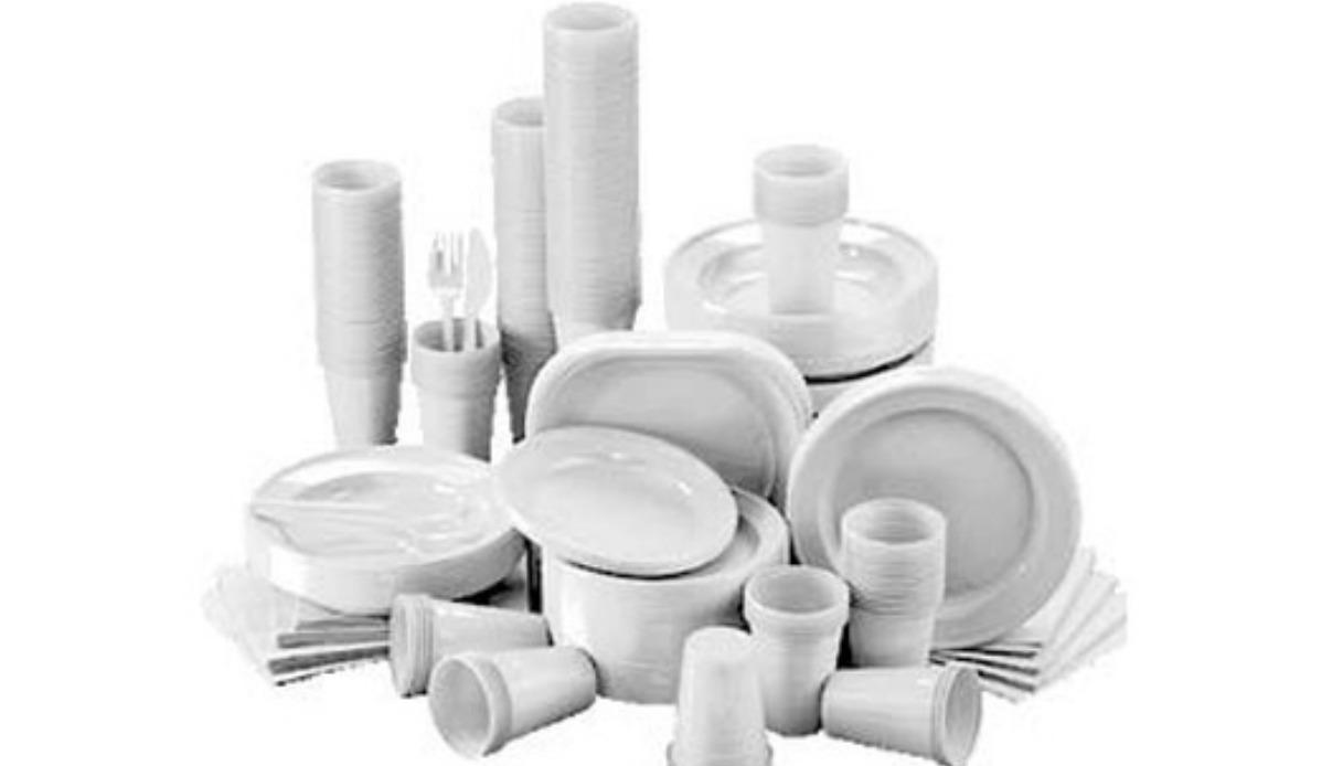 La Francia è il primo Paese a bandire piatti e bicchieri di plastica